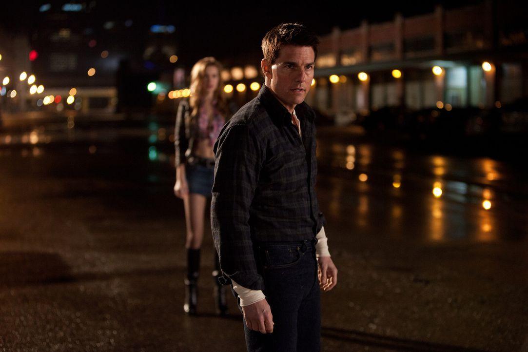 Als bei einem Kneipenbesuch Jack Reacher (Tom Cruise) in eine Schlägerei verwickelt wird, wird ihm klar, dass jemand versucht seine Nachforschungen... - Bildquelle: Karen Ballard MMXII Paramount Pictures Corporation. All Rights Reserved.