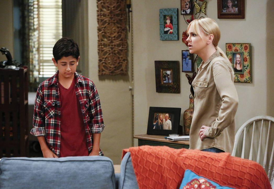 Der Schock für Christy (Anna Faris, r.) sitzt tief, als sie herausfindet, dass ihr Sohn Roscoe (Blake Garrett Rosenthal, l.) Gras geraucht hat ... - Bildquelle: 2016 Warner Bros. Entertainment, Inc.