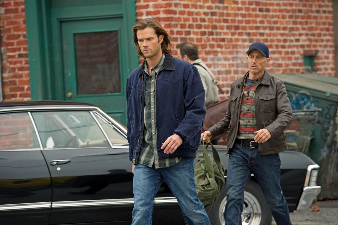 Hinter Deans Rücken bittet Sam (Jared Padalecki, l.) den Jäger Martin (Jon Gries, r.), ein Auge auf Benny zu haben ... - Bildquelle: Warner Bros. Television