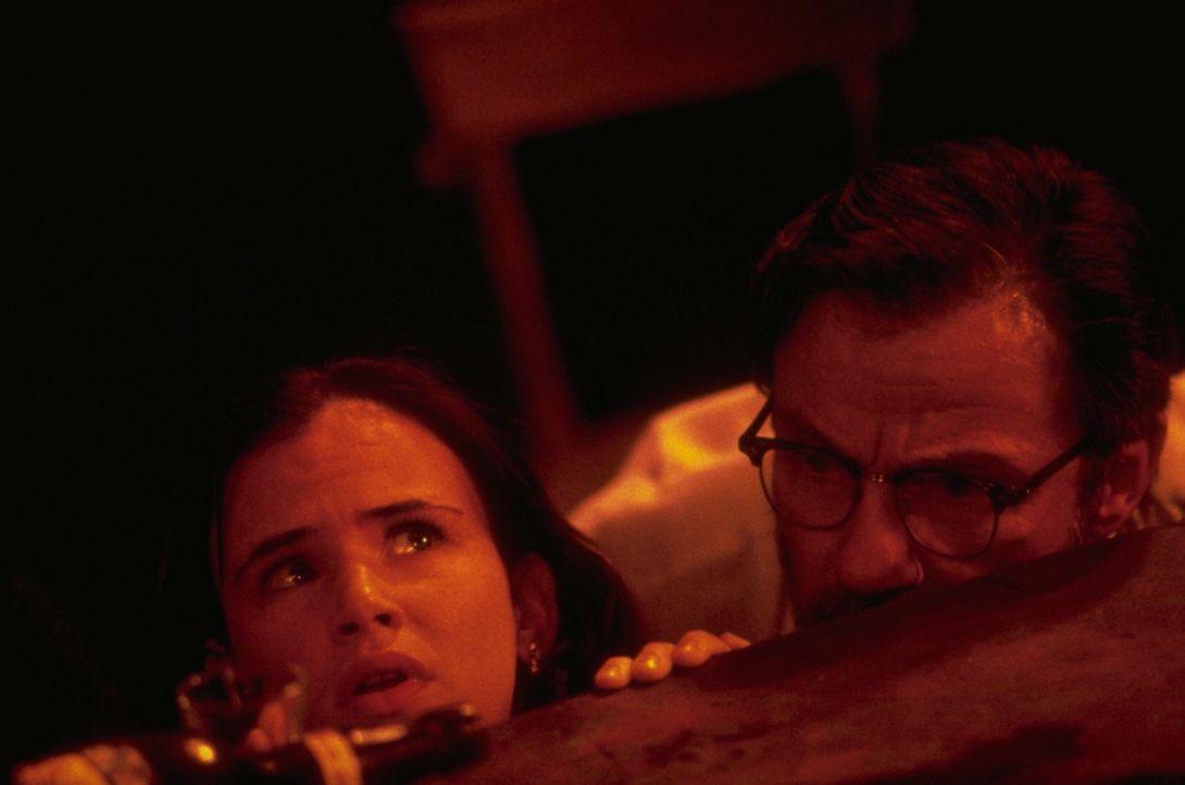 Der Ex-Prediger Jacob Fuller (Harvey Keitel, r.) und seine Tochter Kate (Juliette Lewis, l.) werden von zwei Bankräubern als Geiseln genommen und fi... - Bildquelle: 1995 Miramax, LLC . All Rights Reserved.
