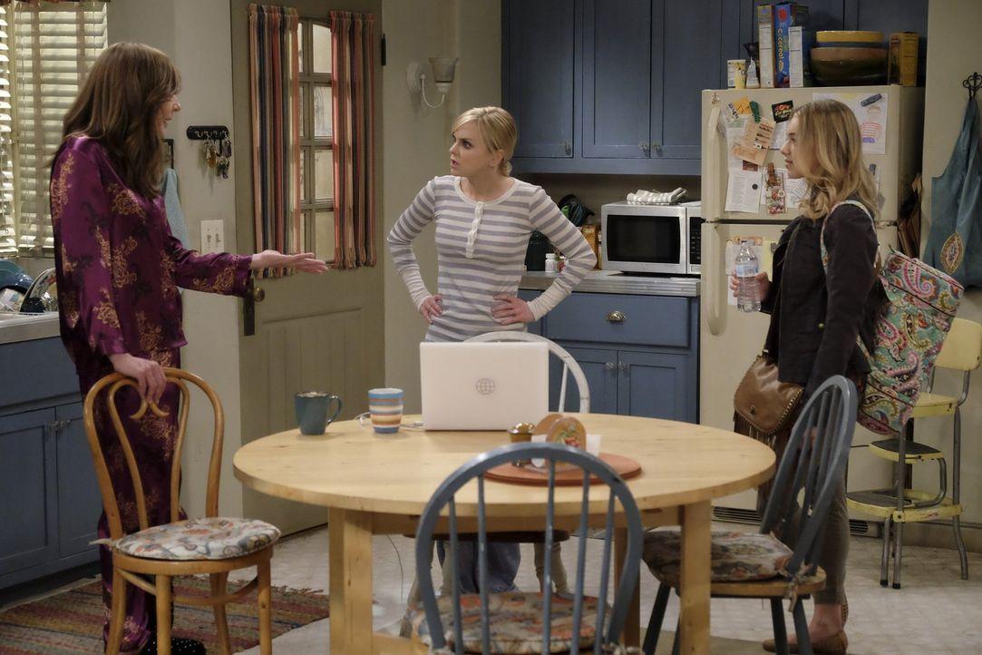 Christy (Anna Faris, M.) kann nicht fassen, dass ihre Tochter Violet (Sadie Calvano, r.) schon wieder ausziehen will und einen Job als Black Jack-De... - Bildquelle: 2015 Warner Bros. Entertainment, Inc.