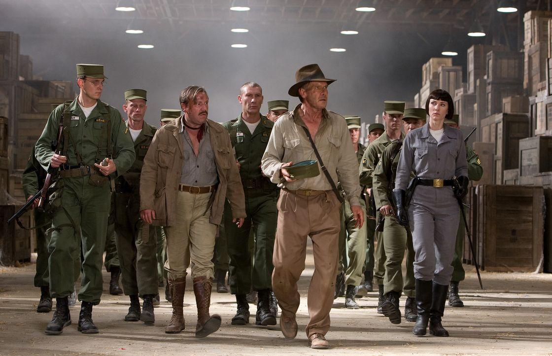 Der in die Jahre gekommene Archäologe Indiana Jones (Harrison Ford, 2.v.r.) wird gemeinsam mit seinem Freund und Kampfgefährten Mac (Ray Winstone,... - Bildquelle: Lucasfilm Ltd. & TM. All Rights Reserved